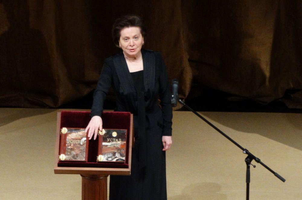 Наталья Комарова произносит текст присяги.