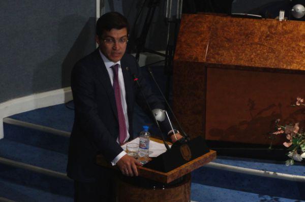 Перед депутатами выступает Михаил Сердюк.
