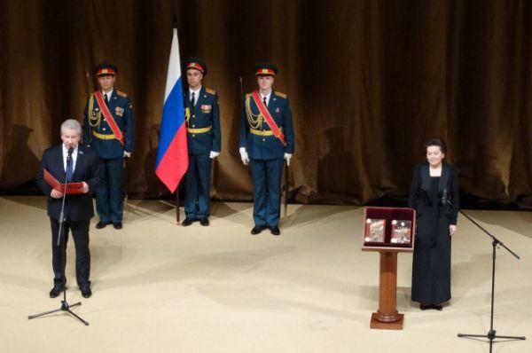 Председатель думы Югры Борис Хохряков зачитывает постановление об избрании губернатора.
