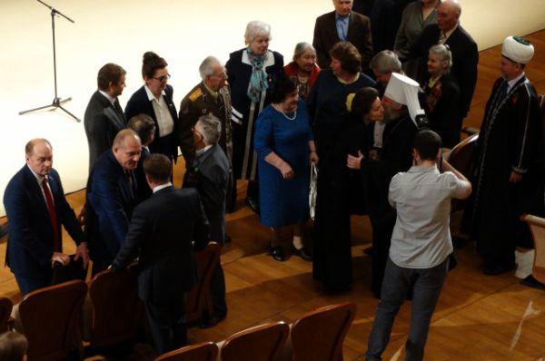 Наталья Комарова принимает поздравления от общественности.