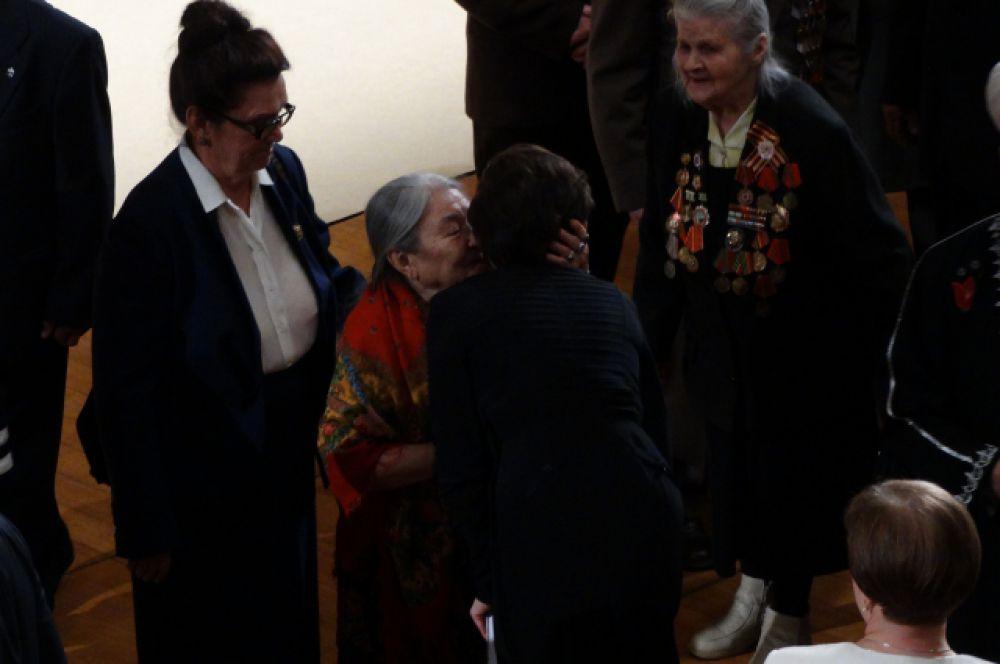 Наталью Комарову поздравляет хантыйская писательница Мария Волдина.