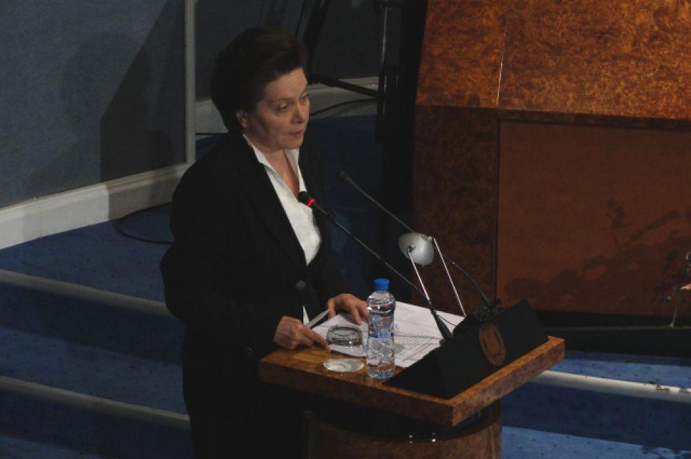 Перед депутатами выступает Наталья Комарова.
