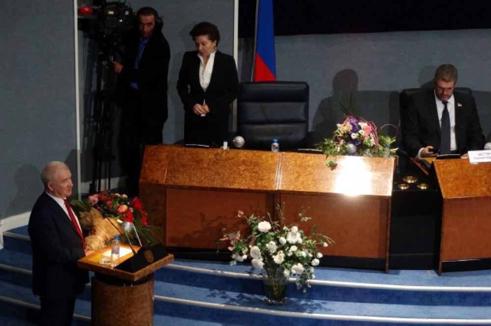 Наталья Комарова принимает поздравления от Тюменской областной думы.
