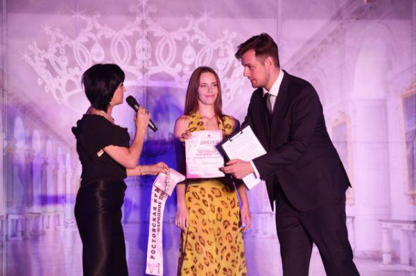 Известный московский актёр и музыкант Данила Дунаев вручил наградную ленту Александре Ляшенко, которая победила в интернет-конкурсе «Народное признание».