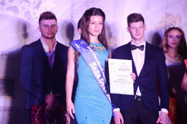 Награду получает Анна Воеводенко.