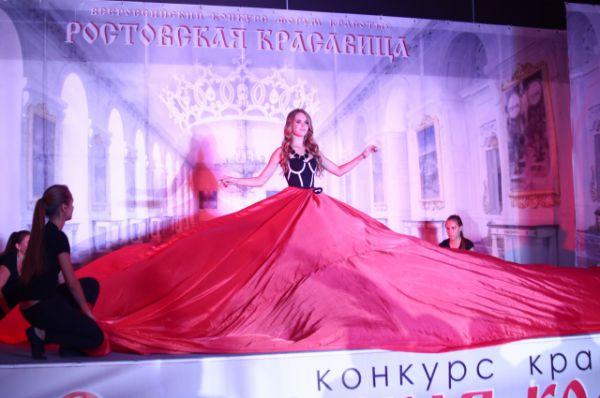 В огромной красной юбке выступала Диана Корницкая.