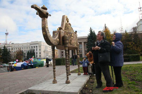Символ Челябинска верблюд появился на Театральной площади