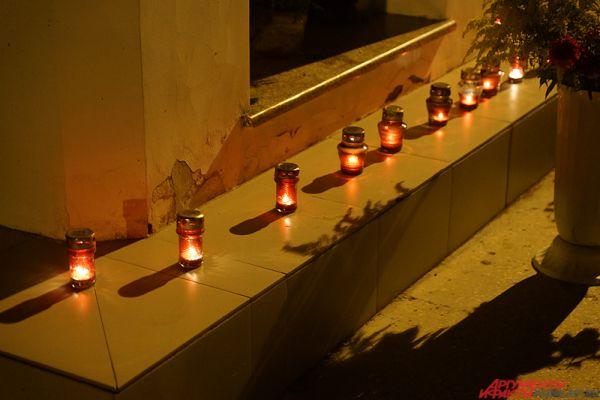 Территорию рядом с часовней украсили красными свечами.