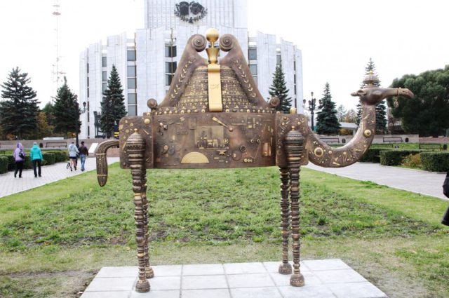 Памятник верблюду в челябинске памятники москва сайт
