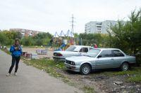 Автовладельцы паркуют свои машины где придётся.