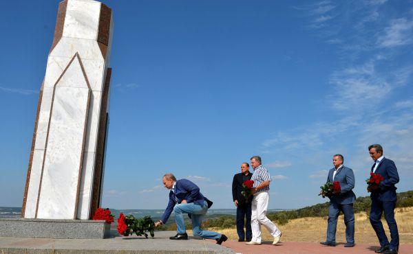 Возложение цветов к мемориалу, посвящённому памяти погибших в Крымской войне солдат Сардинского королевства.