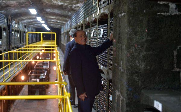 Сильвио Берлускони в одном из залов хранения вин производственно-аграрного объединения «Массандра».