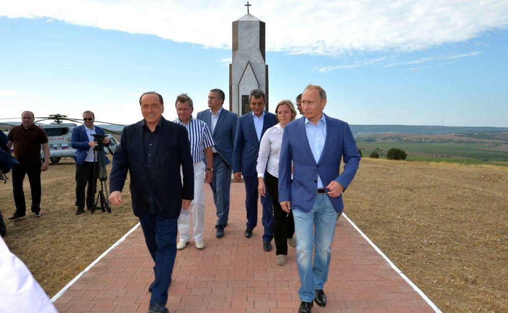 После возложения цветов к мемориалу, посвящённому памяти погибших в Крымской войне солдат Сардинского королевства.