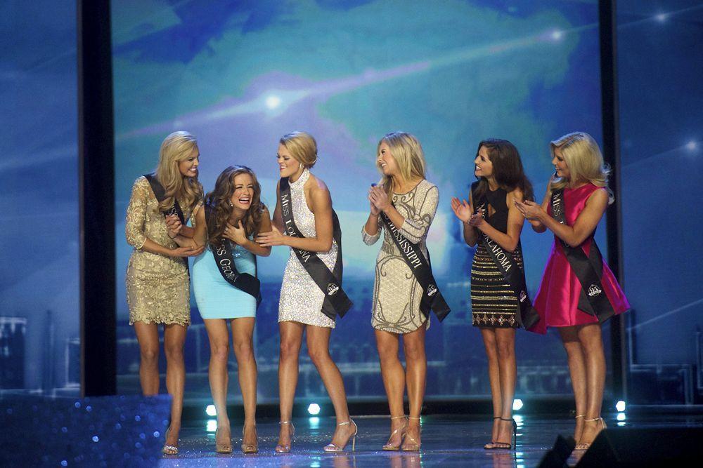Бетти Кантрелл с другими финалистами конкурса.