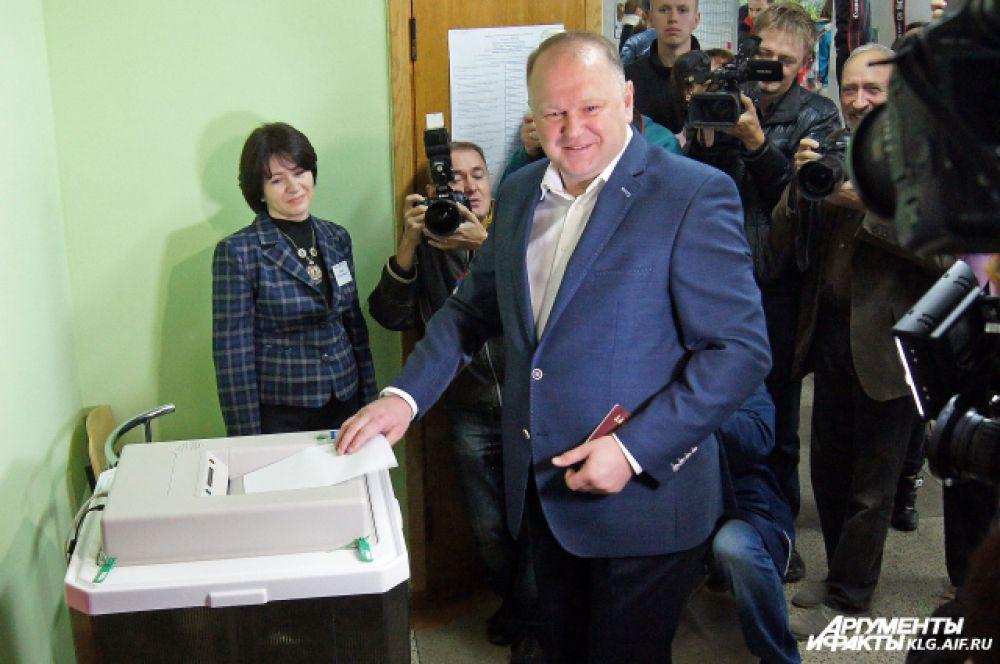 Николай Цуканов на избирательном участке.