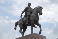 Памятник князю Олегу на Соборной площади в Рязани.