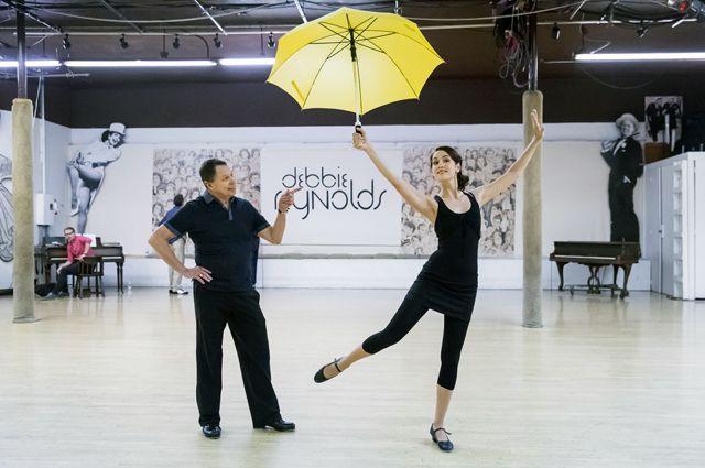 Актриса Юлия Ива с бродвейским хореографом Джоном Энгстромом в студии Дебби Рейнолдс.