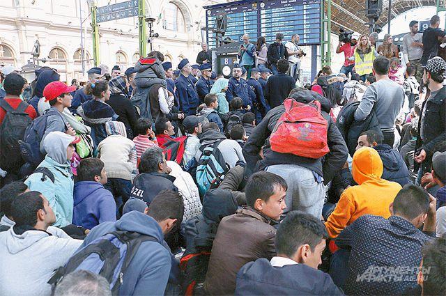 Вокзал, заполненный под завязку беженцами, превратился в свалку.