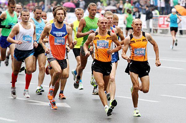 Например, эти братья-близнецы из Кемерово, Анатолий и Евгений Рыбаковы, заняли первые два места в самой сложной дистанции - полумарафоне.