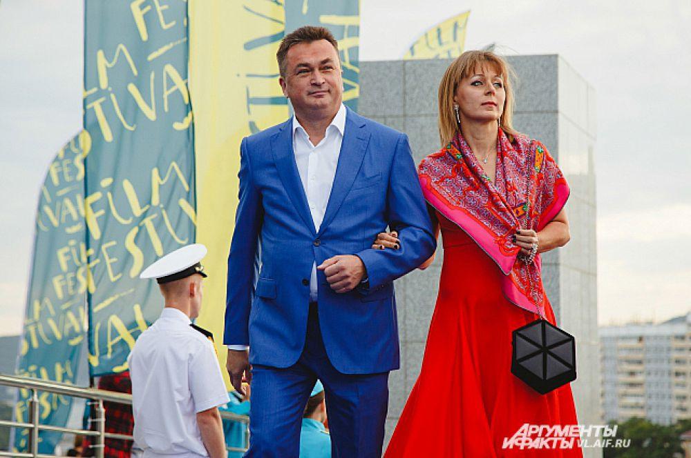 На открытии кинофорума побывал губернатор Владимир Миклушевский с супругой.