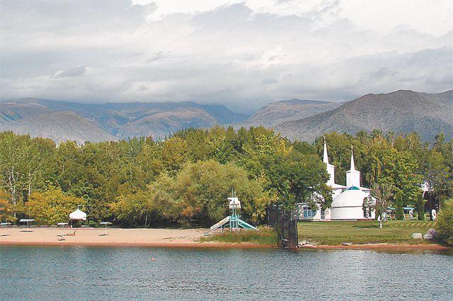 Если Иссык-Куль - жемчужина Киргизии, то городок Чолпон-Ата - жемчужина Иссык-Куля.