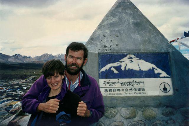Дженн и Роб Холл на Тибетском плато. Фото сделано до событий, показанных в фильме «Эверест». Фото из финальных титров фильма.