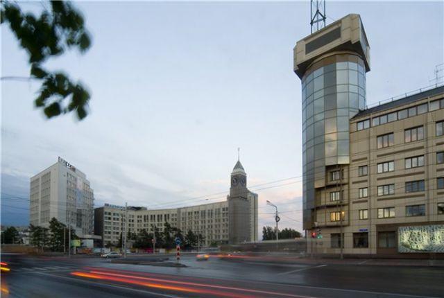 Вид на здание красноярской мэрии и горсовета.