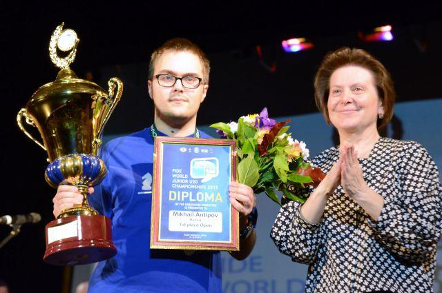 Михаил Антипов и губернатор Югры Наталья Комарова на церемонии награждения.