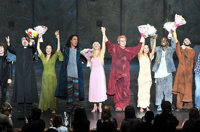 Актёры приветствуют зрителей после премьеры оригинальной версии мюзикла «Нотр-Дам де Пари». Англоязычная постановка композитора Риккардо Коччианте представлена в «Крокус Сити Холл» в Москве.