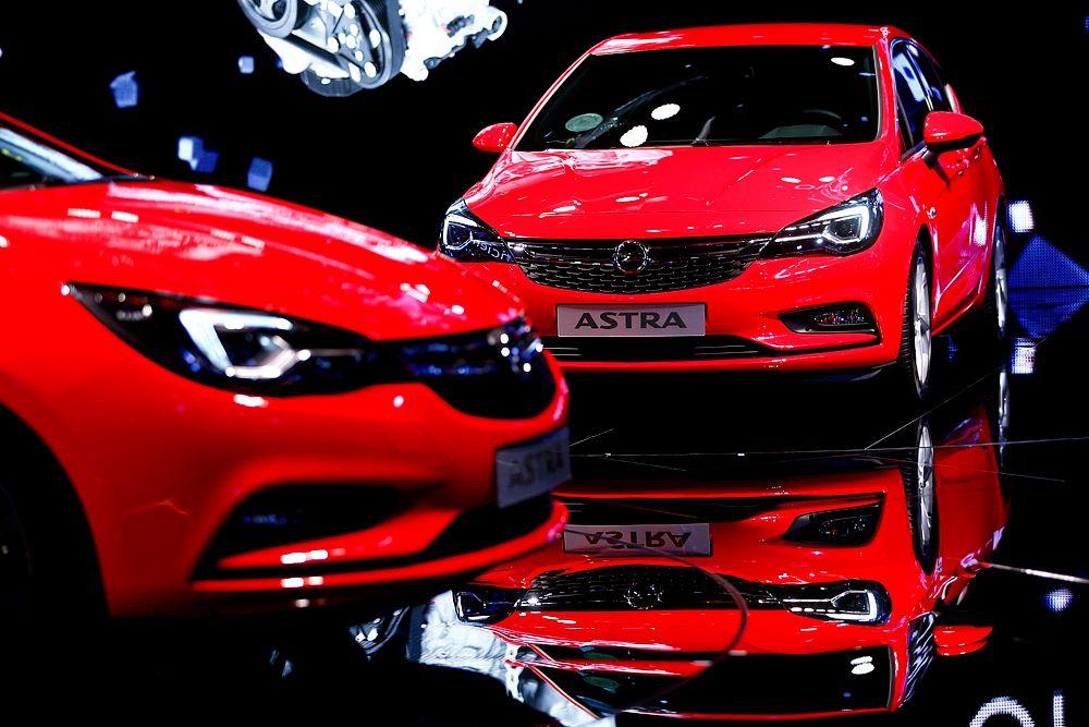 Внешность нового поколения Opel Astra уже давно не была загадкой. Автомобиль получил новые фары. Новинка стала на 5 см короче предшественника, на 23 мм уменьшилась колесная база, но при этом места внутри стало больше. В линейке двигателей – только турбомоторы. Открывает гамму трехцилиндровый литровый агрегат мощностью 105 лошадиных сил. На ступеньку выше стоят двигатели объемом 1,4 л (145 л.с.) и 1,6 л с двойным наддувом (195 лошадиных сил). Плюс несколько дизелей 1,6 CDTI разной степени форсировки с отдачей от 95 до 195 лошадиных сил.