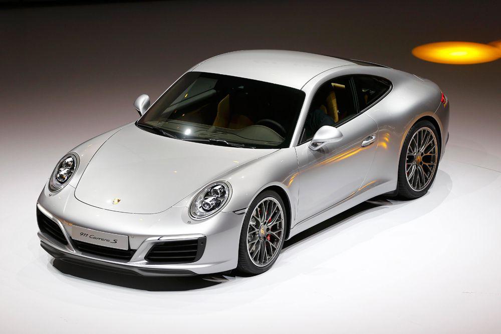 Porsche 911 Carrera. Гражданские машины теперь все турбированные, с 3,0-литровыми моторами. Обычная Carrera теперь развививает 370 л.с. и 450 Нм крутящего момента. Более мощная Carrera S выдает 420 л.с. и 500 ньютон-метров.