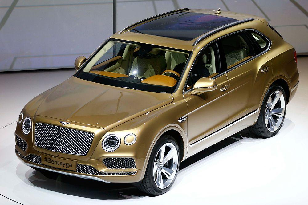 Bentley Bentayga. Это тоже первый кроссовер в истории бренда. Построен на платформе MLB-Evo – такой же, как у Audi Q7. Благодаря активному использованию алюминия при создании Bentayga вес модели составляет всего 2422 килограммов. Прибрести машину можно будет в пяти- и четырехместном варианте. Автомобиль получил 6,0-литровый бензиновый твин-турбо мотор W12. Мощность агрегата составляет 608 л.с. и 900 Нм крутящего момента. До 100 км/ч модель разгоняется за 4 секунды. Максимальная скорость – 301 километр в час.