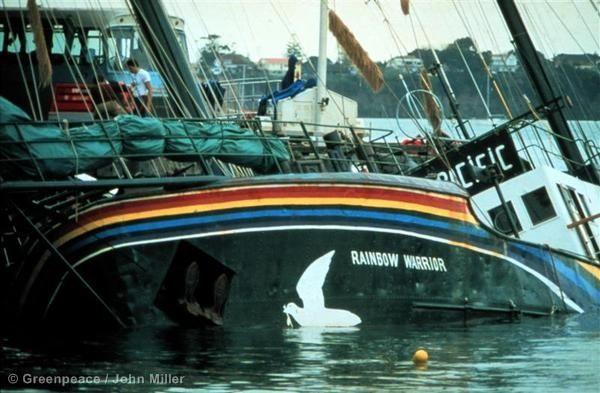 В 1985 году экипаж корабля Гринпис «Воин радуги» протестовал в Окленде против атомных испытаний, проводимых Францией в Тихом океане. Агенты французских спецслужб подорвали корабль накануне акции. Погиб фотограф Гринпис Фернандо Перейра. О взрыве корабля сообщила вся мировая пресса, общественность осознала силу тех, против кого выступал Гринпис.