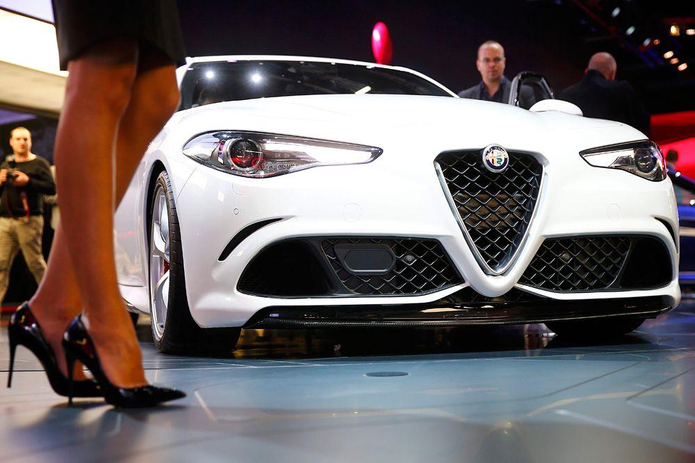 На Франкфуртском автосалоне состоялся дебют самой мощной версии Alfa Romeo Giulia под названием Quadrifoglio Verde. Под капотом новинки установлена 3,0-литровая турбошестерка, разработанная при участии компании Ferrari. Силовой агрегат развивает 510 л.с., 600 Нм крутящего момента и разгоняет седан с места до 100 км/ч менее чем за 4 секунды. Максимальная скорость – 307 километров в час. На выставке во Франкфурте была названы цены Giulia в Италии. Базовая модификация оценена в 79 тысяч евро. Версия Quadrifoglio Verde будет стоить от 95 тысяч евро.