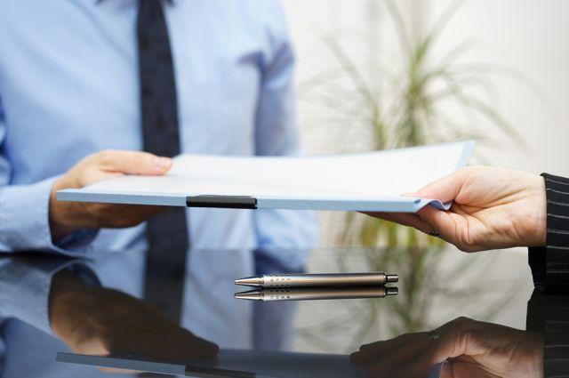 Главный документ, регламентирующий отношения между работником и работодателем, это трудовой договор.