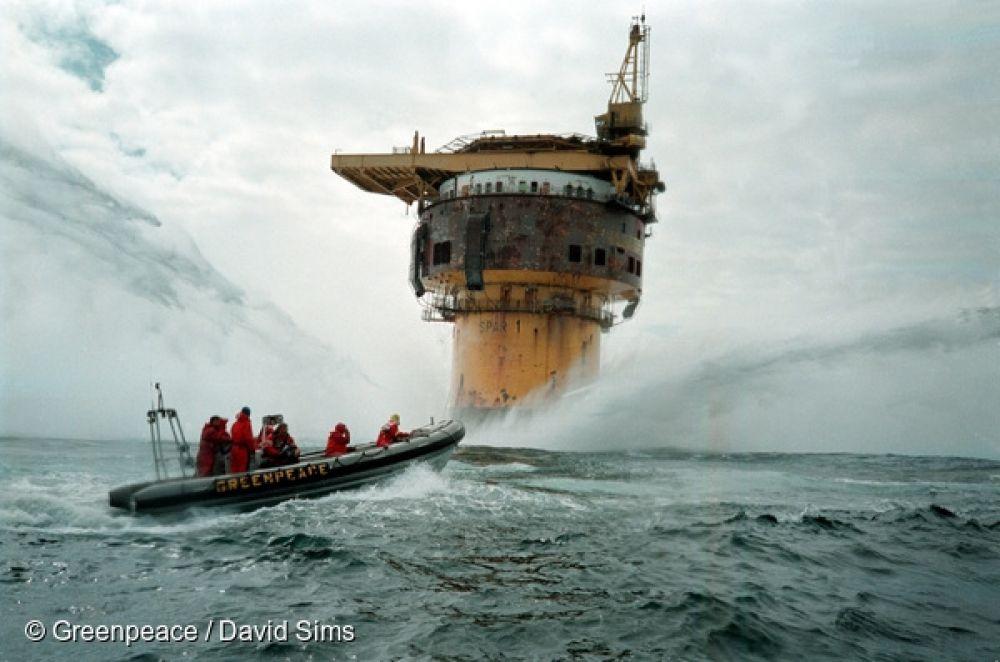 1995 год. Активисты Гринпис блокируют работу платформы Brent Spar в Северном море, чтобы добиться запрета на сброс отходов в воду с прибрежных сооружений. Сегодня сброс токсичных веществ в Северном море запрещен.
