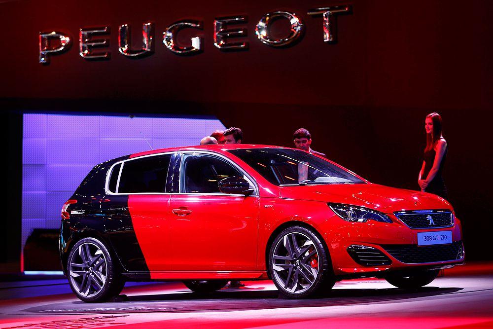 Компания Peugeot показала на франкфуртском автосалоне 308 GTi, «заряженную» версию 308-го хэтчбека, подготовленную подразделением Peugeot Sport. Среди отличий нового 308 GTi от обычного 308-го – новый дизайн бамперов и радиаторной решетки, заниженная на 11 мм регулируемая подвеска, усиленные тормоза с 380-миллиметровыми дисками спереди и 268-миллиметровыми сзади. Версию 308 GTi 270 можно опознать по двухцветной, красной с черным, окраске кузова. Двигатель мощностью 250 л. с. разгоняет французский хот-хэтч с места до «сотни» за 6,3 секунды, 270-сильная модификация – за 6 секунд ровно.