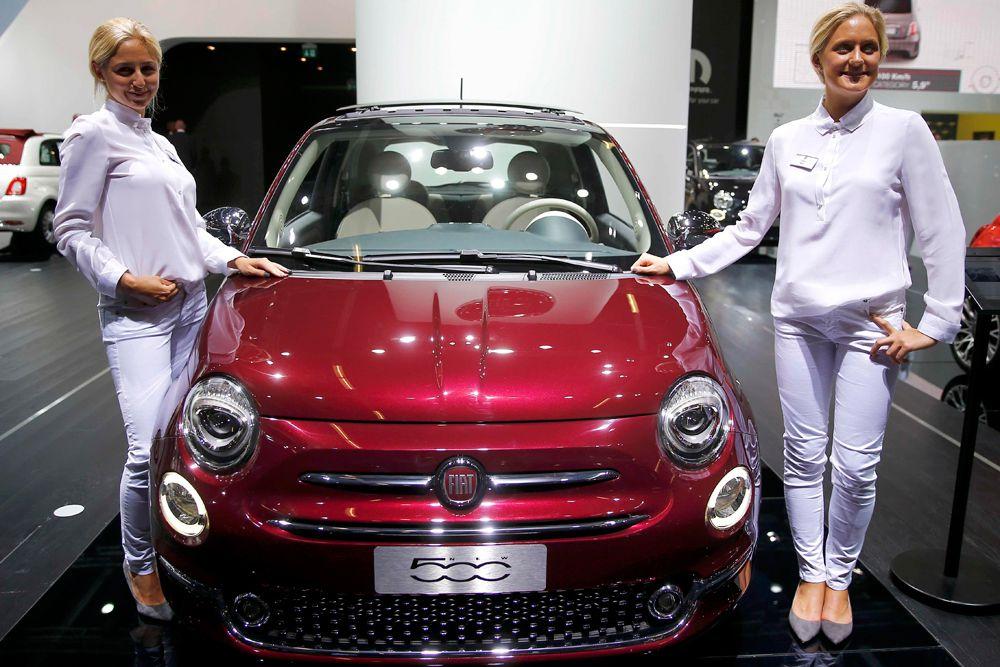 Компания Fiat показала во Франкфурте обновленный субкомпакт 500. В общей сложности автомобиль получил порядка 1 800 изменений. Линейка моторов Fiat 500 не претерпела существенных изменений. Авто поступит в продажу с наддувными бензиновыми моторами объемом 0,9 л мощностью 85 и 105 лошадиных сил. Также будет доступен 1,3-литровый турбодизель Multijet (95 л.с.) и 1,2-литровый бензиновый атмосферник (69 лошадиных сил).