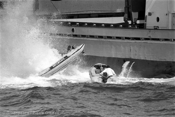 Активисты Гринпис на надувных лодках протестуют против захоронения радиоактивных отходов. Две огромные бочки были сброшены прямо на лодку с активистами, она перевернулась, её водитель — Вильям Гроинер — серьёзно пострадал. Хоронить радиоактивные отходы в море сегодня запрещено.