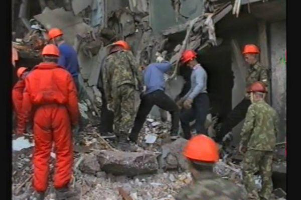 В первые минуты после взрыва на место трагедии прибыли спасатели, медики. Люли спасали друг друга, жители соседних домов помогалиэвакуироваться и вытаскивать из-под завалов раненых и погибших.