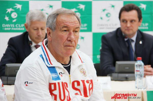 Капитан сборной, президент Федерации тенниса России Шамиль Тарпищев.