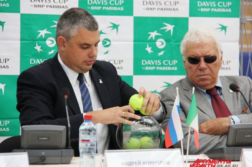 Перед началом жеребьевки фамилии игроков «спрятали» в теннисные мячи.