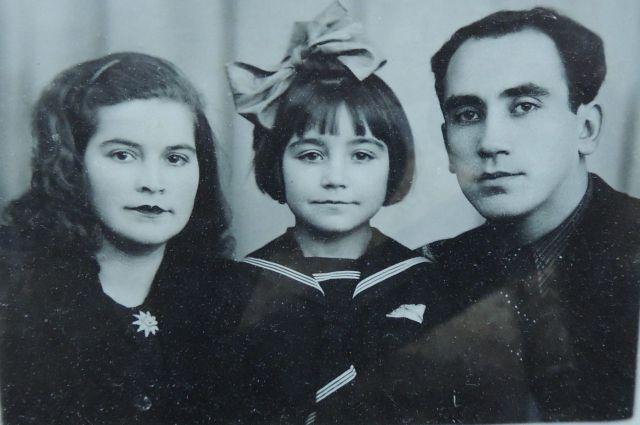 Фаина Ратнер с родителями Натальей и Лазарем Гуревичами.