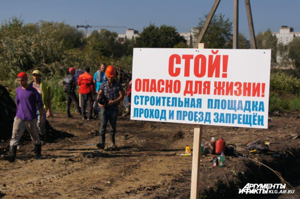 К моменту, когда владельцы участков собрались, рабочие уже успели сровнять с землей несколько построек.