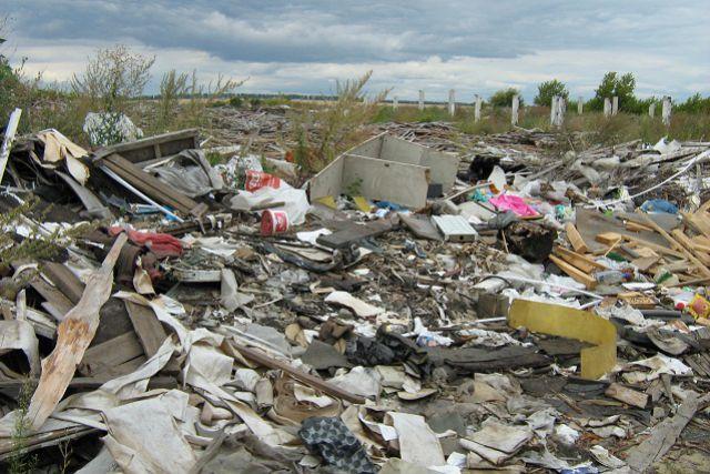Подобные несанкционированные свалки загрязняют почву
