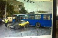 Авария произошла во время выезда троллейбуса из депо.