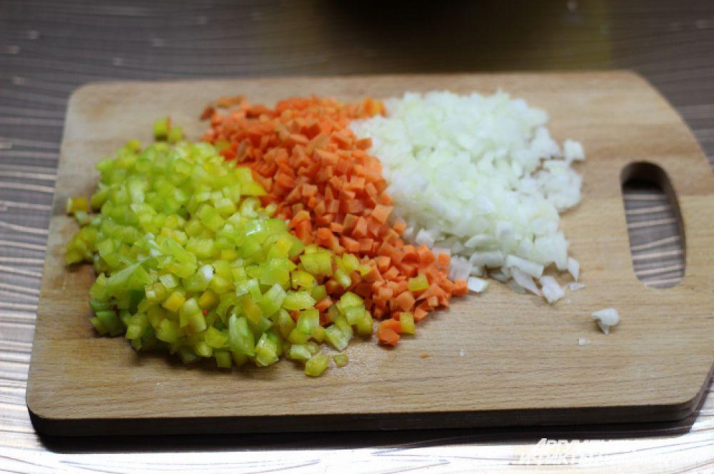 Режем овощи мелкими кубиками.