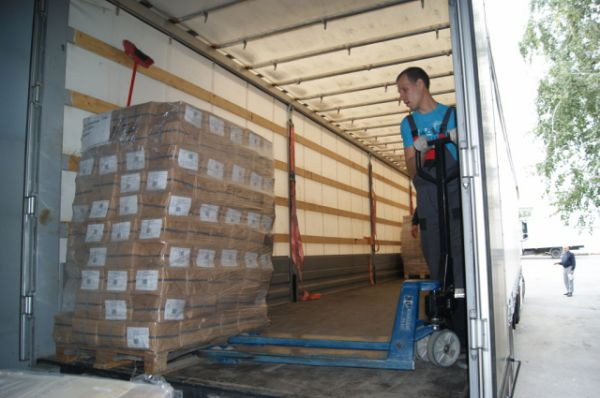 На этот раз колонна из трёх большегрузов повезёт на юго-восток Украины учебники и методические пособия.