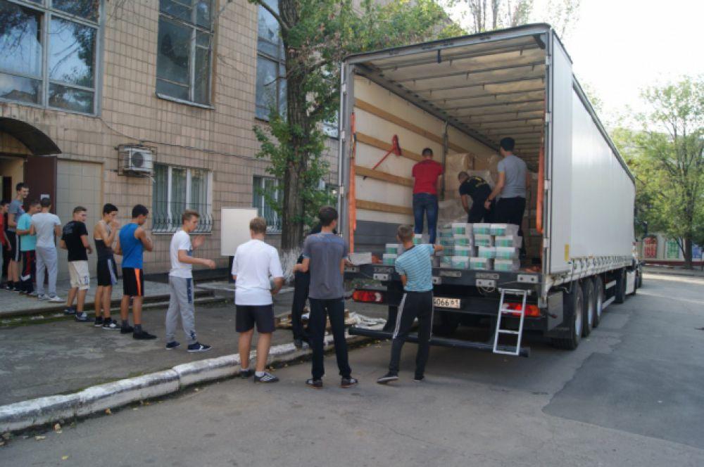 В дар ДНР передано 68900 экземпляров учебников и пособий для подготовки школьников Донбасса к ГИА и ЕГЭ.