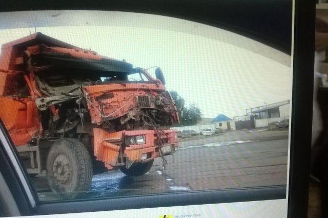Водитель одного из КамАЗов попал в больницу с травмами.